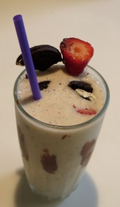 s'moreo cheesecake smoothie with nutella and strawberries