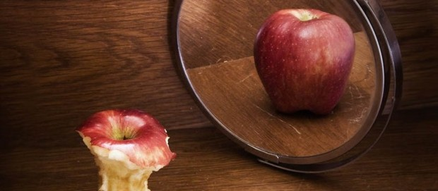 apple-core-in-mirror-anorexia-body-image-issues-800x500-800x350